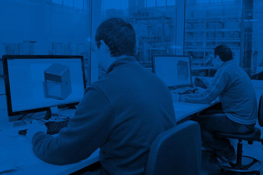 Due impiegati al lavoro nell'ufficio tecnico